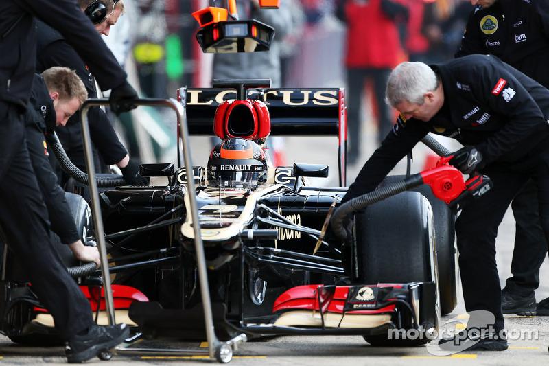 Kimi Raikkonen, Lotus F1 E21 in the pits