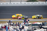 Joey Logano, Penske Racing Ford and Jeff Gordon, Hendrick Motorsports Chevrolet battle on the last lap