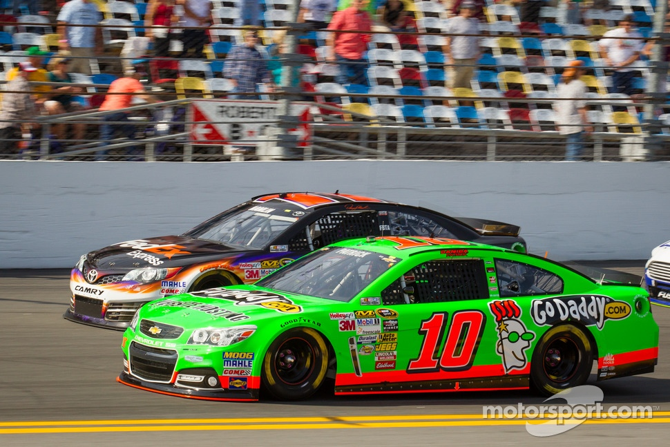Danica Patrick, Stewart-Haas Racing Chevrolet and Denny Hamlin, Joe Gibbs Racing Toyota