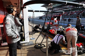 Jenson Button, McLaren watches Sergio Perez, McLaren MP4-28