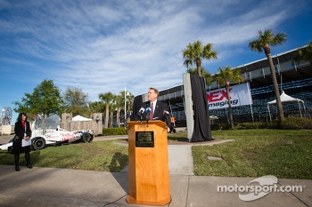 Dan Wheldon Memorial and Victory Circle unveiling ceremony: St. Petersburg mayor Bill Foster