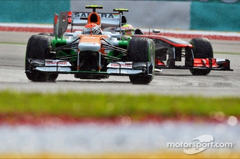 Adrian Sutil, Sahara Force India VJM06 leads Sergio Perez, McLaren MP4-28