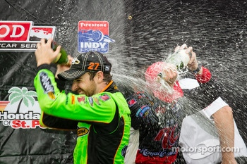 Podium: champagne for race winner James Hinchcliffe, Andretti Autosport Chevrolet, second place Helio Castroneves, Team Penske Chevrolet