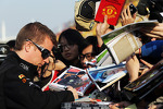kimi-raikkonen-lotus-f1-team-signs-autographs-for-the-fans-9