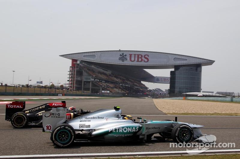 Lewis Hamilton, Mercedes AMG F1 W04 and Kimi Raikkonen, Lotus F1 E21