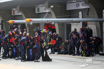 Sebastian Vettel, Red Bull Racing pit crew await his arrival