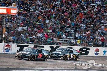 Kurt Busch, Furniture Row Racing Chevrolet and Jamie McMurray, Earnhardt Ganassi Racing Chevrolet