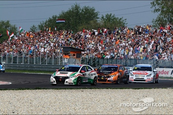 Tiago Monteiro, Honda Civic Super 2000 TC, Honda Racing Team Jas leads Norbert Michelisz, Honda Civic, Zengo Motorsport