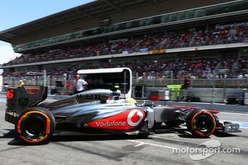 Sergio Perez, McLaren leaves the pits