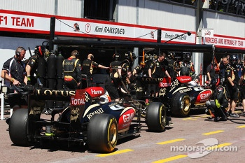 Romain Grosjean, Lotus F1 E21 andkr in the pits