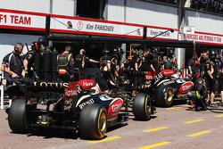 Romain Grosjean, Lotus F1 E21 andkr in the pits