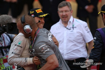 Race winner Nico Rosberg, Mercedes AMG F1 celebrates with Daniel Schloesser, Mercedes AMG F1 Physio in parc ferme
