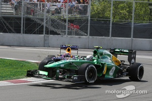 Mark Webber, Red Bull Racing and Giedo van der Garde, Caterham CT03 crash