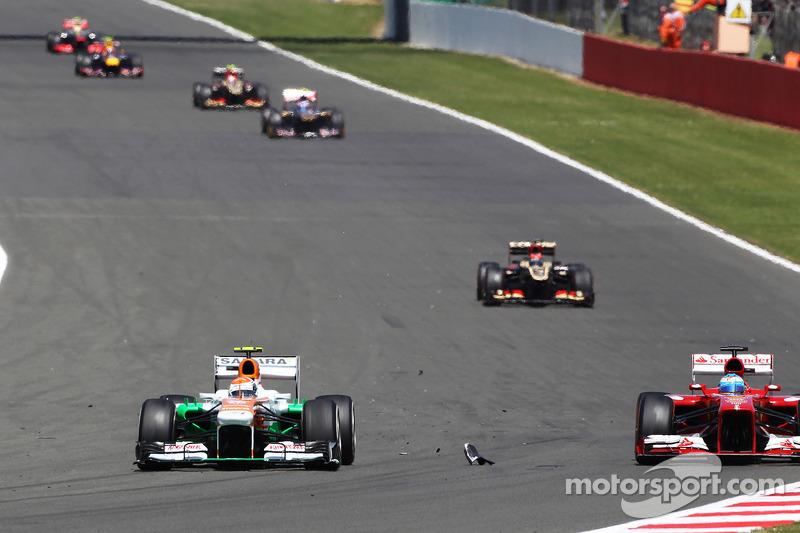 Adrian Sutil Sahara Force India VJM06 and Felipe Massa Ferrari F138 approach debris on the circuit