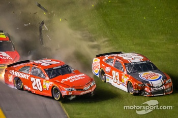 Matt Kenseth, Joe Gibbs Racing Toyota, Jeff Gordon, Hendrick Motorsports Chevrolet and David Reutimann, BK Racing Toyota crash