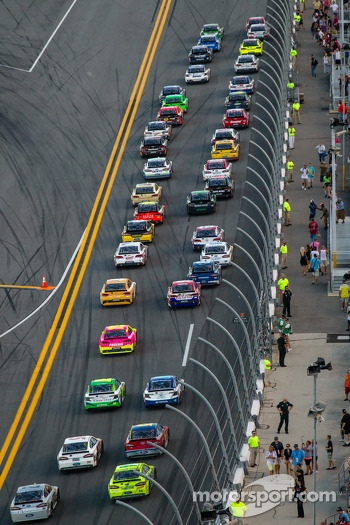Start: Kyle Busch, Joe Gibbs Racing Toyota and Matt Kenseth, Joe Gibbs Racing Toyota lead the field