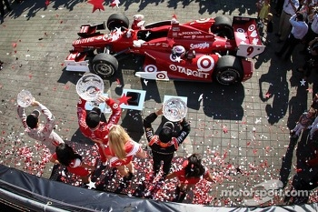 Scott Dixon, Target Chip Ganassi Racing Honda, Helio Castroneves, Team Penske Chevrolet, Sebastien Bourdais, Dragon Racing Chevrolet celebrate