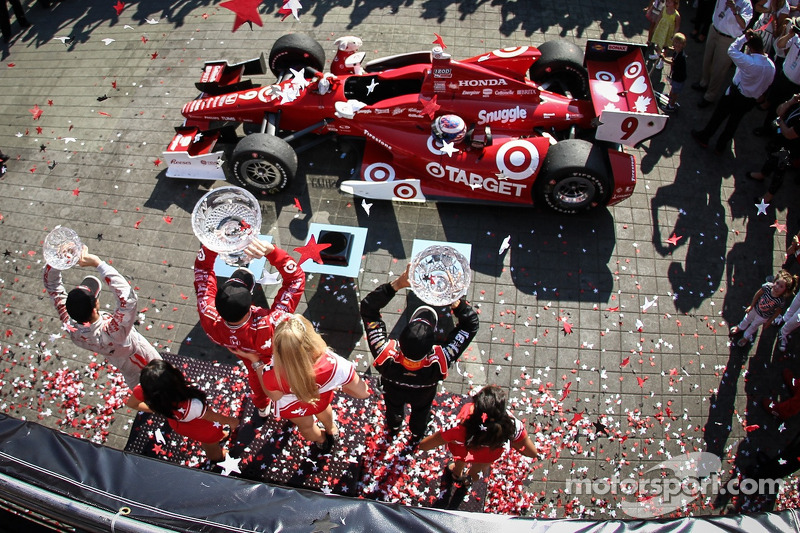 Scott Dixon, Target Chip Ganassi Racing Honda, Helio Castroneves, Team Penske Chevrolet, Sebastien Bourdais, Dragon Racing Chevrolet celebrate