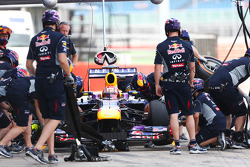 Antonio Felix da Costa, Red Bull Racing RB9 Test Driver practices a pit stop