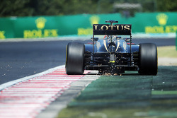 Kimi Raikkonen, Lotus F1 E21 with sparks from the rear of the car