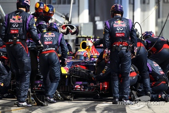 Mark Webber, Red Bull Racing RB9 makes a pit stop