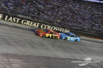 Jamie McMurray, Earnhardt Ganassi Racing Chevrolet and Aric Almirola, Richard Petty Motorsports Ford