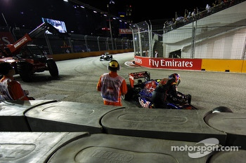Daniel Ricciardo, Scuderia Toro Rosso STR8 crashes out of the race