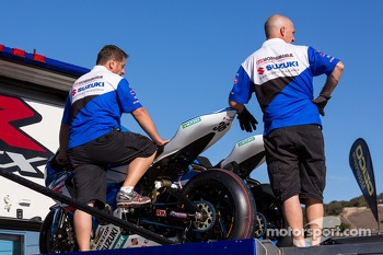 Suzuki Yoshimura team after qualifying