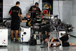 Lotus F1 E21 is prepared by mechanics in the pits