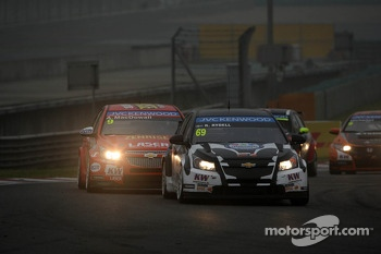 Rickard Rydell, Chevrolet Cruze 1.6 T, NIKA Racing AB leads Alex MacDowall, Chevrolet Cruze 1.6T, bamboo-engineering