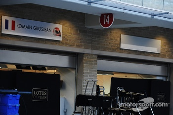 Blank name board next to Romain Grosjean