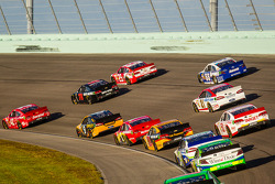 Juan Pablo Montoya, Earnhardt Ganassi Racing Chevrolet, Kurt Busch, Furniture Row Racing Chevrolet and Kevin Harvick, Richard Childress Racing Chevrolet lead a group of cars