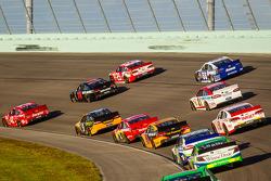 Juan Pablo Montoya, Earnhardt Ganassi Racing Chevrolet, Kurt Busch, Furniture Row Racing Chevrolet and Kevin Harvick, Richard Childress Racing Chevrolet lead a group of cars