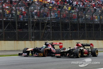 Jean-Eric Vergne, Scuderia Toro Rosso STR8 and Heikki Kovalainen, Lotus F1 E21 battle for position