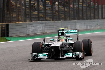 Lewis Hamilton, Mercedes AMG F1 W04 with a punctured rear tyre after contact with Valtteri Bottas, Williams FW35