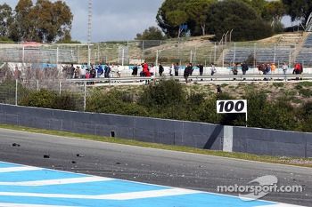 Debris on the main straight as Lewis Hamilton, Mercedes AMG F1 W05 crashes