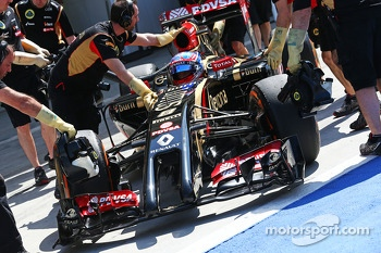 Romain Grosjean, Lotus F1 E22 in the pits