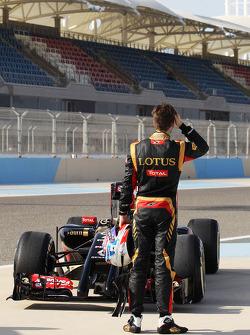 Romain Grosjean, Lotus F1 E22 stops on the circuit