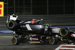 Esteban Gutierrez, Sauber C33 crashes with Pastor Maldonado, Lotus F1 E21