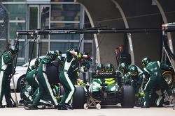 Kamui Kobayashi, Caterham CT05 makes a pit stop