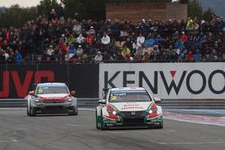 Gabriele Tarquini, Honda Civic WTCC, Castrol Honda WTCC Team leads Sébastien Loeb, Citroën C-Elysee WTCC, Citroën Total WTCC