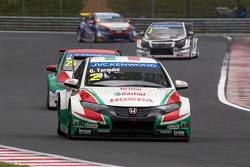 Gabriele Tarquini, Honda Civic WTCC, Castrol Honda WTCC Team leads Mehdi Bennani, Honda Civic WTCC, Proteam Racing