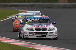 Pasquale Di Sabatino, BMW 320 TC, Liqui Moly Team Engstler leads Yukinori Taniguchi, Honda Civic WTCC, NIKA Racing
