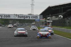 Tom Coronel, Chevrolet RML Cruze TC1, Roal Motorsport leads Yvan Muller, Citroen C-Elysee WTCC, Citroen Total WTCC