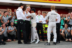 race winner Lewis Hamilton, Mercedes AMG F1 celebrates with Dr. Dieter Zetsche, Daimler AG CEO, Toto Wolff, Mercedes AMG F1 Shareholder and Executive Director, team mate Nico Rosberg, Mercedes AMG F1 and the team