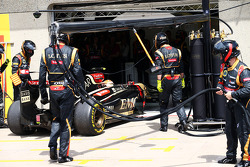 Pastor Maldonado, Lotus F1 E21 retires from the race as he pulls into his pit garage