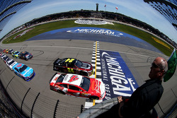 Start: Kevin Harvick, Stewart-Haas Racing Chevrolet leads