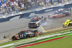 NASCAR-CUP: Tony Stewart, Stewart-Haas Racing Chevrolet crashes