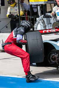 Tire change for the #2 Audi