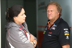 Monisha Kaltenborn, Sauber-teambaas, met Robert Fernley, Sahara Force India F1 Team waarnemend teambaas